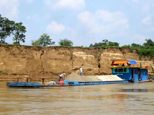 Nhập khẩu cát: Hệ lụy tất yếu của việc khai thác cát bừa bãi