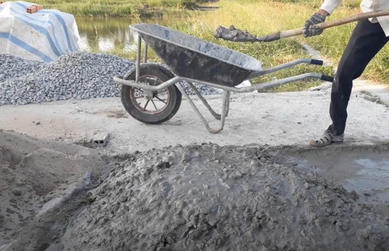 Trộn đều cát đá xi măng
